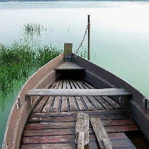 Ein altes Ruderboot an einem ruhigen See als Sinnbild für den Beginn einer Focusing Ausbildung in Bonn.