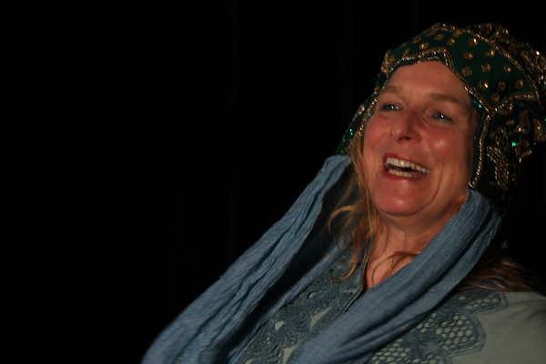 Eine Frau lacht herzlich bei einem Rollenspiel. Sie trägt einer funkelnde Krone auf dem Kopf. In der Focusingtherapie sind Rollenspiel e ein wichtiges Element.