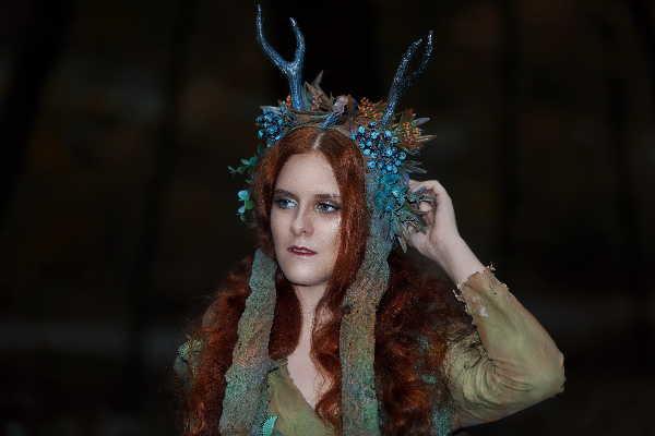 Schauspielerin mit einem Fantasykostüm als Symbol für Seminare und Seminarangebote von Monika Timme.